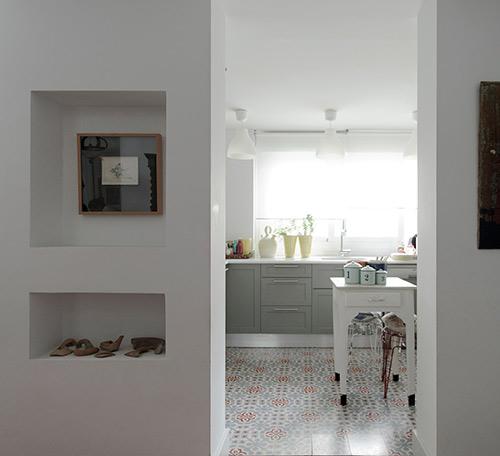 Puerta y cocina al fondo