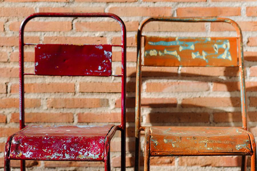 sillas roja y silla naranja