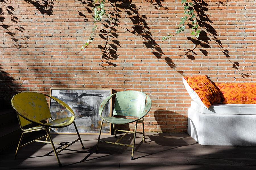 Dos silla y un sofá en la terraza