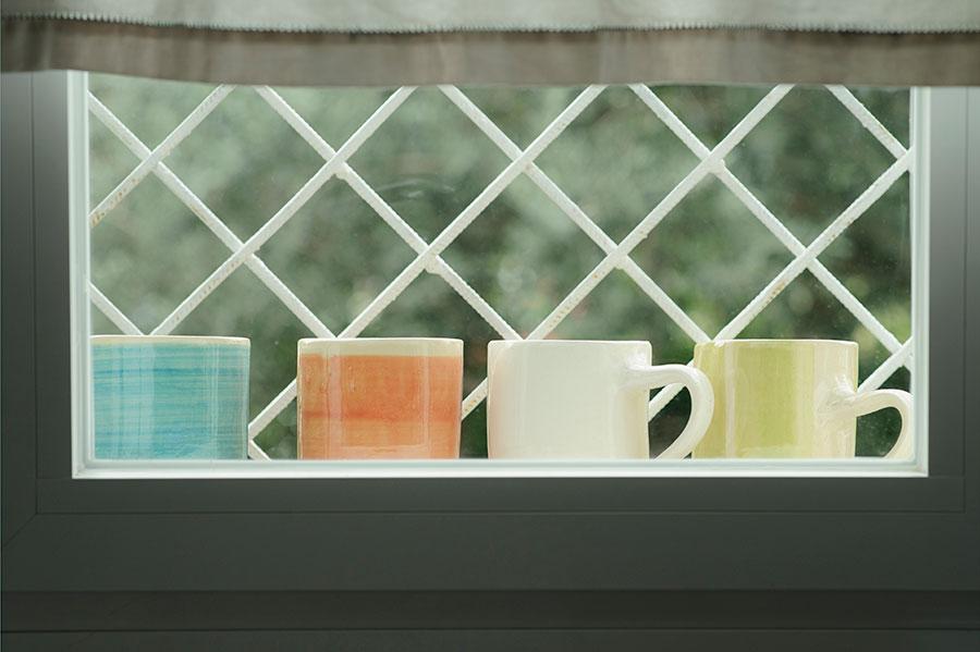 tazas en la ventana
