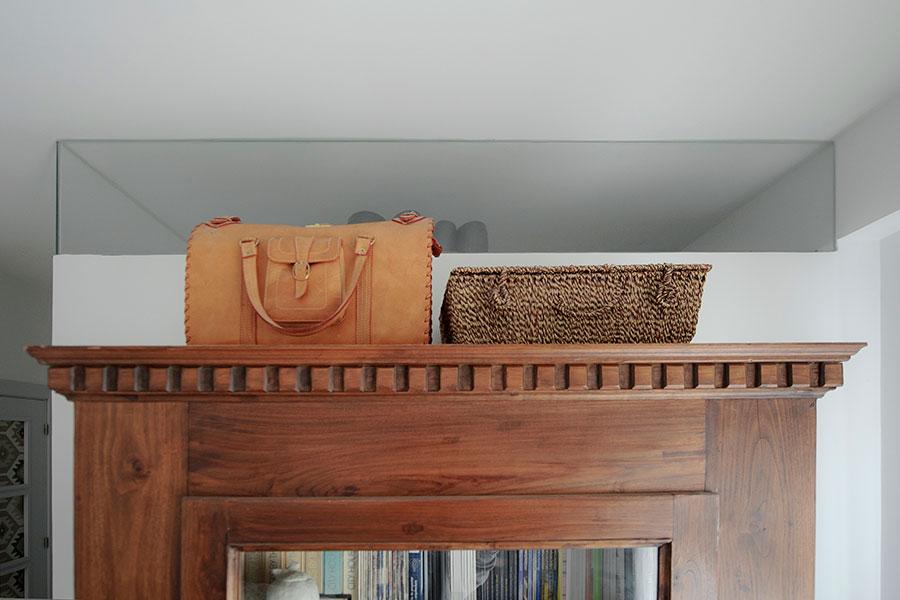 armario con maletas encima