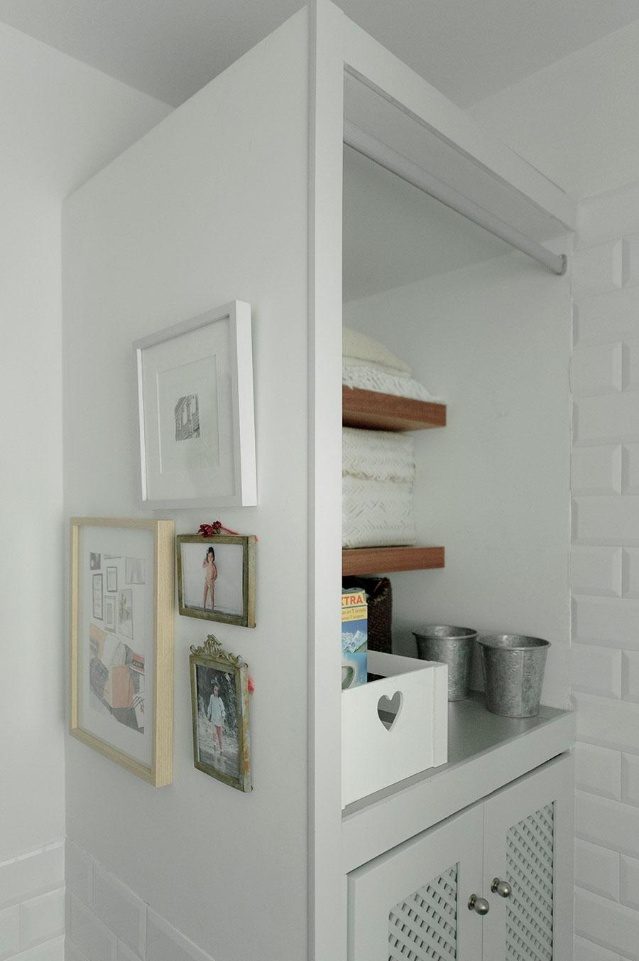 estantería y cuadros