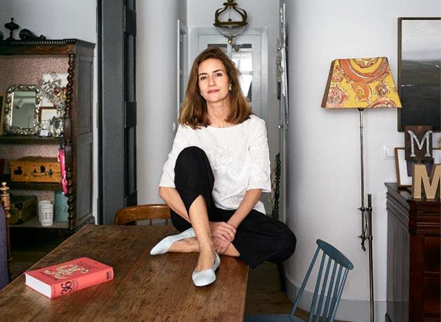 Teresa Olea sobre una mesa